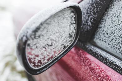 Oszronione szyby, samochód pokryty śniegiem - czym to grozi?