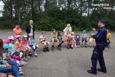 Policjanci na spotkaniu z młodymi rolkarzami
